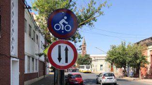 Ciclovía de calle Ituzaingó: con un retoque, volvieron los carteles