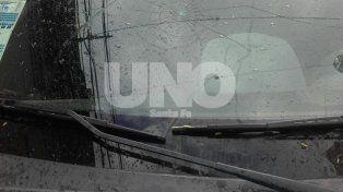 Así quedó el parabrisas de uno de los vehículos atacados