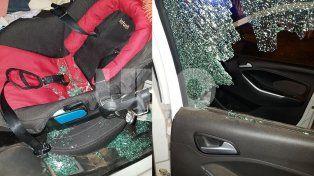 Le rompieron dos cristales del auto y los vidrios cayeron sobre el bebé