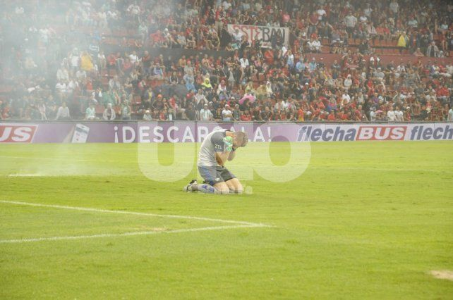La barrabrava tiró tres bombas de estruendo y el árbitro suspendió Colón-Vélez
