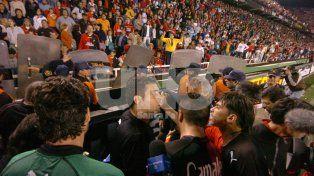 A los 42. El arbitro decidió cortar el juego a pesar de que los jugadores le pedían que siga el encuentro.