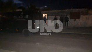 El viernes. Agentes policiales allanaron en barrio San Lorenzo y encontraron a los hampones.