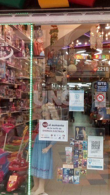 Con carteles en las vidrieras, los comercios santafesinos se quejan de las tarifas eléctricas