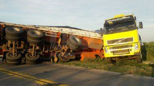 Tránsito interrumpido en la Circunvalación: un camionero quiso esquivar un animal y volcó