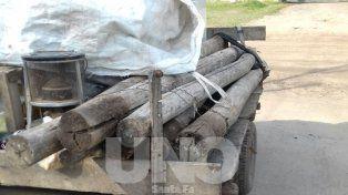 Los ladrones transportaban los postes robados en un carro tirado por un caballo.