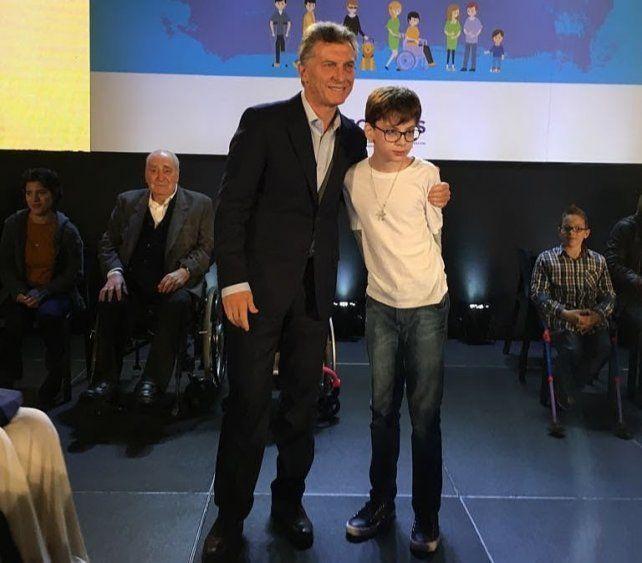Santino conoció al presidente Mauricio Macri en la presentación del Plan Nacional de Discapacidad. Se sacó una foto y estrechó su mano.