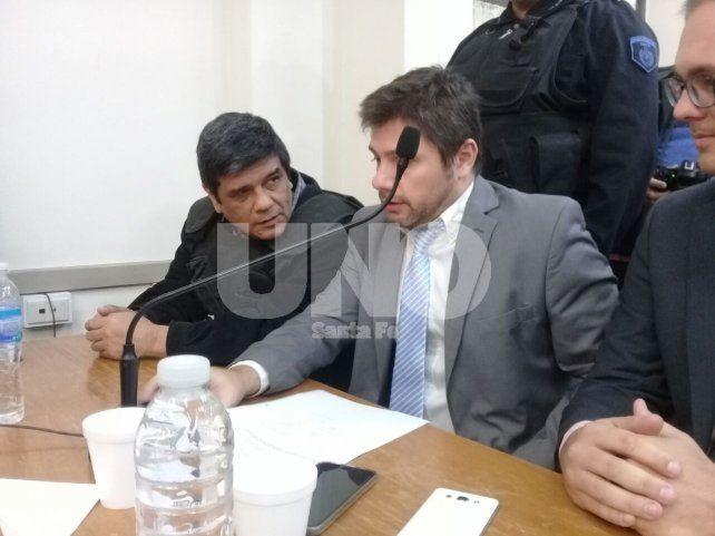 Sentencia. El momento previo al veredicto del tribunal cuando el acusado hablaba con su abogado.