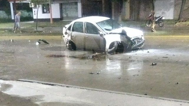Un automovilista perdió el control y chocó contra una columna de alumbrado público