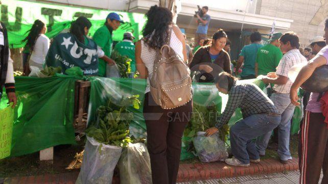 Productores de Santa Fe realizaron un verdurazo frente al Ministerio de la Producción