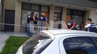 Barrio Candioti. En el marco del operativo, fueron allanadas dos viviendas en Domingo Silva al 1300.