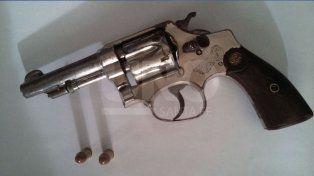 cayo preso con un chaleco antibalas y un revolver 32 cargado