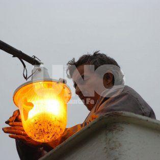 Recambio. Las viejas lámparas de sodio están siendo reemplazadas por las LED, que consumen menos energía.