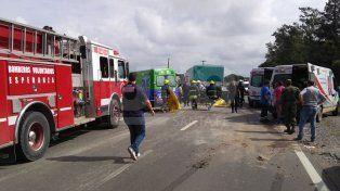Una mujer resultó con politraumatismos y quebraduras al chocar contra un camión