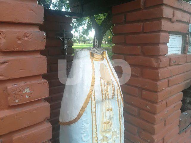 Fieles buscan la cabeza de una virgen decapitada en la Costanera