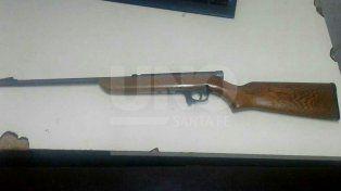 Circulaba por barrio Centenario con un rifle y lo detuvieron