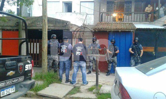 Allanamientos en Villa Oculta para dar con el asesino de Walter Cristian Salva