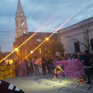 Bajo la consigna NO es NO, muchos jóvenes se movilizaron en repudio al hecho de violación acontecido en la madrugada de este domingo en San Cristobal.