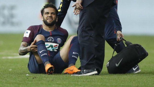 Dani Alves podría perderse el Mundial por lesión