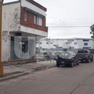 La zona donde estaba estacionada la camioneta blanca, junto al poste de alumbrado público sobre calle Espora.