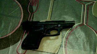 Bº Los Hornos: a plena mañana, lo apresaron tras disparar a otro con un arma de guerra