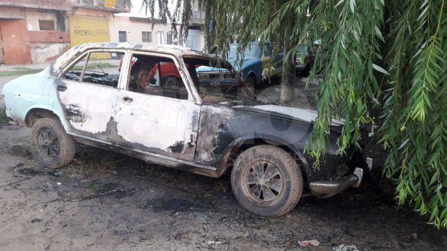 Otro auto quemado en las calles de Santa Fe