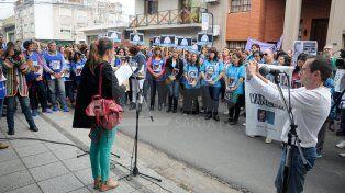 Se concentraron. En la Fiscalía Regional del Ministerio Público de la Acusación una multitud pidió justicia por la docente asesinada en Alto Verde.