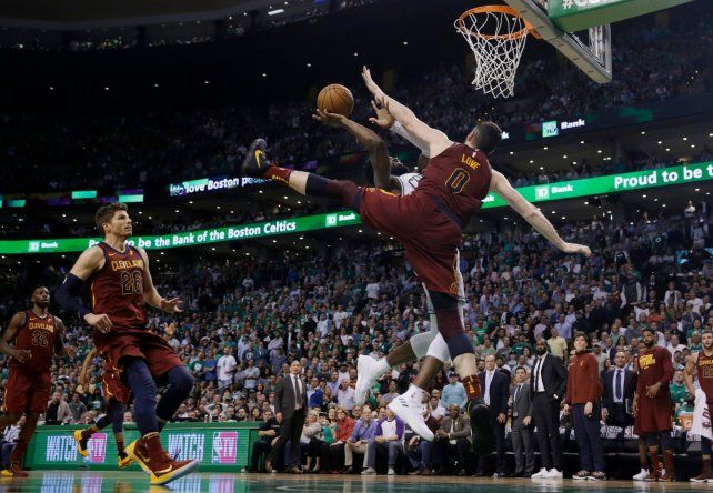 Boston amplió la ventaja sobre Cleveland en el Este