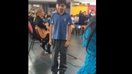 Acto para todos: un nene usa lenguaje de señas para cantarle a su mamá y conmueve a todos