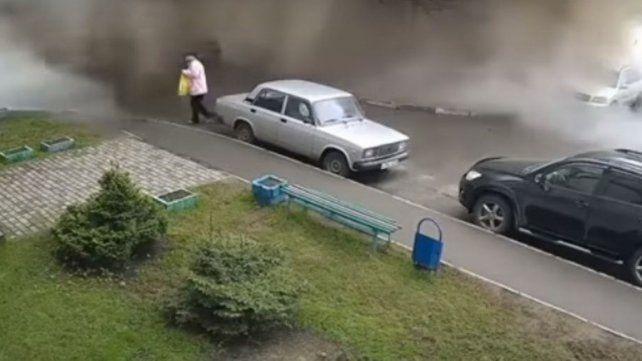 Una mujer que caminaba por la calle terminó bañada en caca