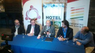 En Santa Fe. El presidente de la convención nacional de la UCR, Jorge Sappia, junto a Genesini, Cáceres y Simoniello.