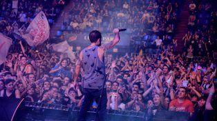 De cara a su gente. El cantante Pablo Pino durante el show brindado en el Luna Park en abril.