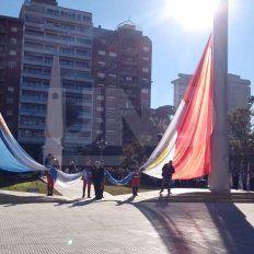 Plaza 25 de Mayo: mirá el primer izamiento de banderas en los mástiles más altos de la provincia