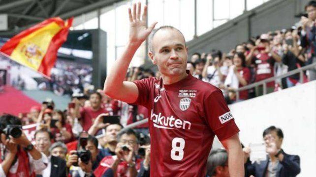 Iniesta fue presentado por una multitud en Japón