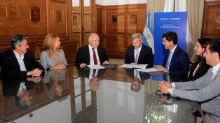 Firma. El gobernador Miguel Lifschitz y el ministro del Interior