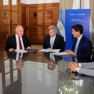 Firma. El gobernador Miguel Lifschitz y el ministro del Interior, Rogelio Frigerio, al momento de rubricar el convenio para las obras en el Arroyo Cululú, a principios de abril.