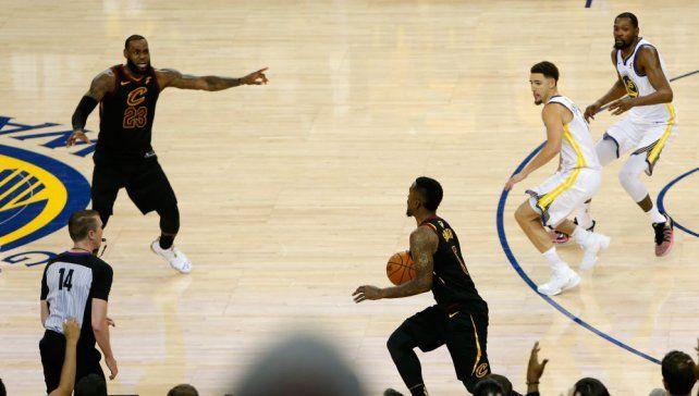 El inexplicable error de J.R. Smith en el cierre de la primer final de la NBA