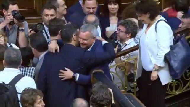Los diputados españoles felicitan a Sánchez como nuevo jefe de gobierno