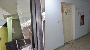 Rompió un vidrio y con su propia sangre escribió insultos a su novia en la puerta de su casa