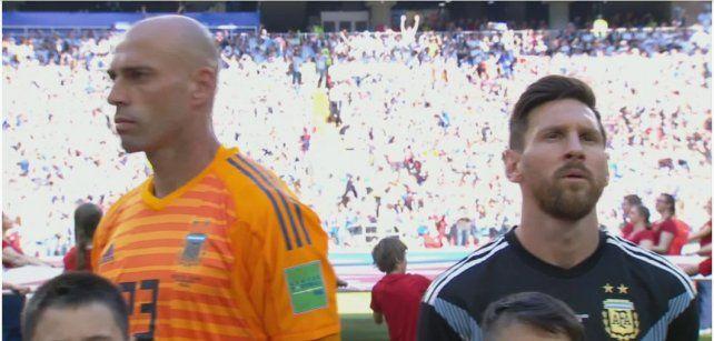 Por qué Wilfredo Caballero le dio la espalda a Lionel Messi durante el himno