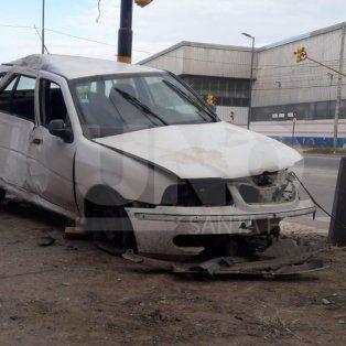 Un auto quedó incrustado entre una columna y un semáforo