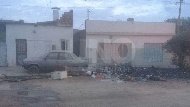 Incendiaron restos de muebles quemados de una vivienda en barrio Transporte