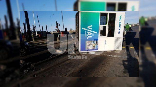 Un camión arrancó una cabina de peaje en la autopista Santa Fe-Rosario