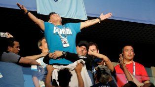 Así se tuvieron que llevar a Maradona de la cancha después de la victoria argentina