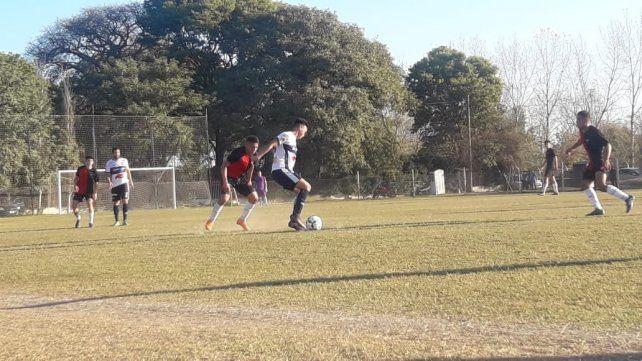 Liga Santafesina: Gimnasia venció a Colón y sigue soñando con el título