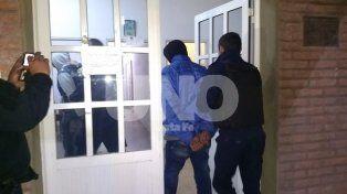 Trasladados. Lo dos agentes que fueron aprehendidos en la noche del viernes.