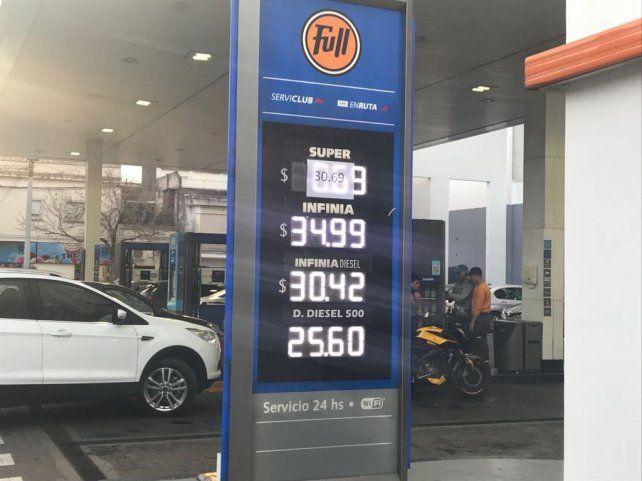 Con la nueva suba, la nafta prémium de YPF quedó a solo un centavo de los $35