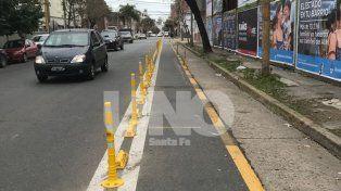 ¿Alcanzará esta vez?: más pretiles para que los autos no invadan la ciclovía de calle Ituzaingó