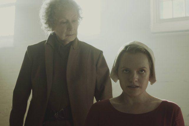 Quién es Margaret Atwood, la eterna candidata al Premio Nobel que interpeló a Michetti