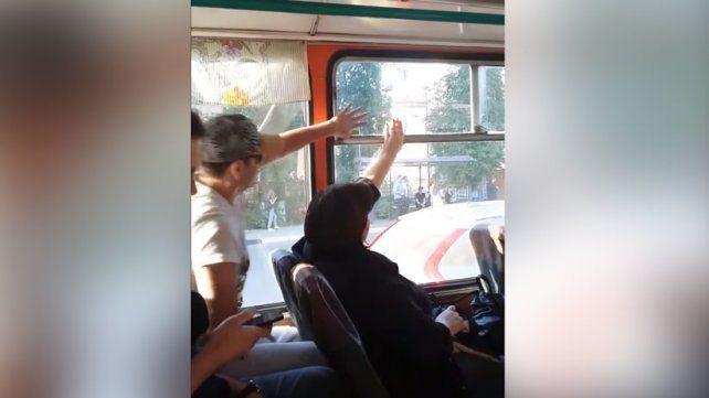 Ventana abierta o cerrada, una disputa que enfrenta a una mujer y un hombre en un colectivo