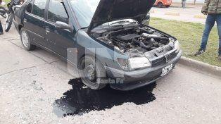 Chocó contra los cordones del Metrofé en Blas Parera y rompió todo el auto